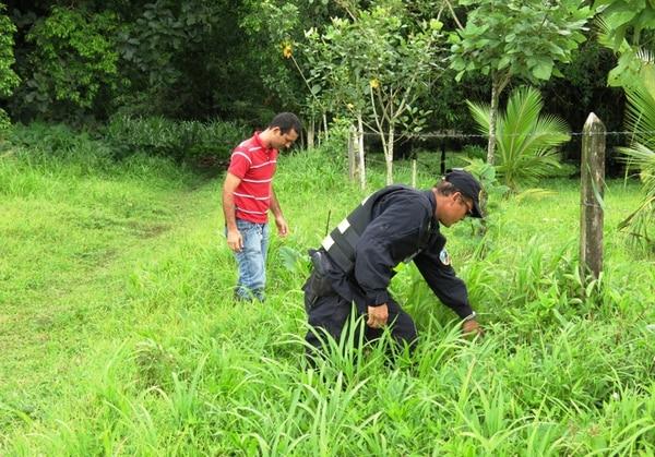 La Policía buscó evidencias en el lugar del homicidio.   ÉDGAR CHINCHILLA