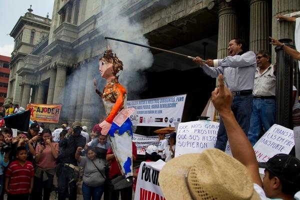Un muñeco representando a la vicepresidenta Roxana Baldetti fue quemada el 1 de mayo frente al Palacio Nacional en Guatemala. | XFGH XFGHSDFDFSDFSDFS