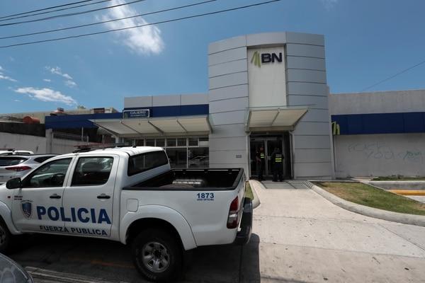 La Policía desplegó un operativo en los alrededores del banco para intentar dar con los sospechosos. Foto: Alonso Tenorio