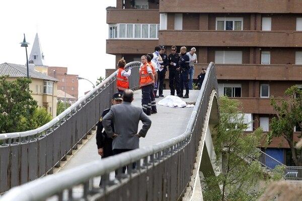 En la imagen aparecen varios agentes de policía y trabajadores de rescate cerca del cuerpo de la dirigente Isabel Carrasco.