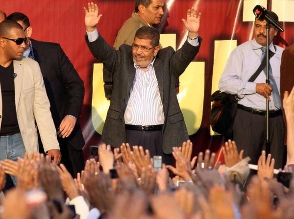 El presidente egipcio, Mohamed Mursi, en una actividad ayer frente al palacio presidencial.   AFP.
