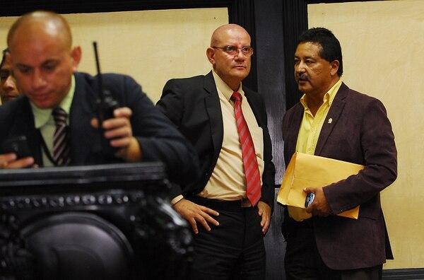 El diputado oficialista Víctor Hugo Moralez (der.) se ha mantenido alejado de la fracción, pero en coordinación con el presidente legislativo, Henry Mora, y la jefa de bancada, Emilia Molina.