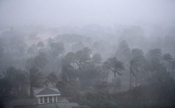 El poderoso huracán Irma azotó durante la tarde de este domingo la ciudad de Naples, en Florida, después de tocar tierra en la localidad de Marco Island.