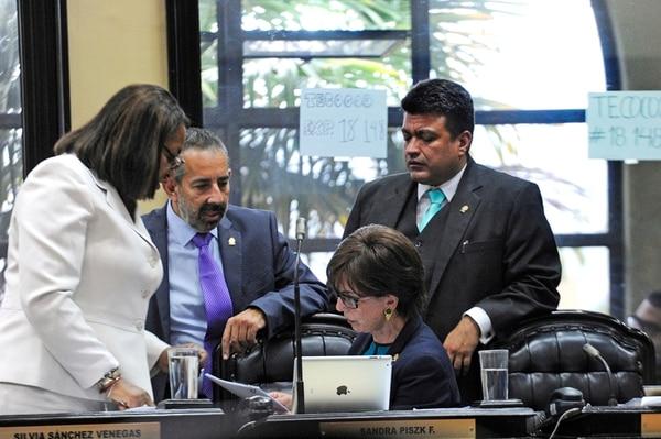 Los parlamentarios Maureen Clarke, Juan Luis Jiménez y Ronny Monge, del PLN, apoyan a su colega Sandra Piszk en las negociaciones con el Ejecutivo para bajar pensiones de regímenes especiales que, actualmente, le cuestan millones de colones al Estado.   MAYELA LÓPEZ/ARCHIVO.