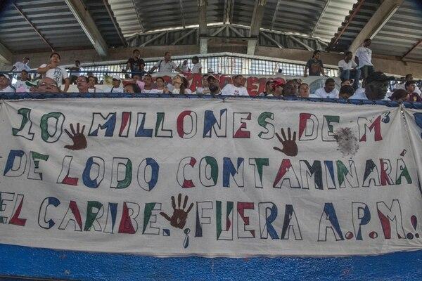 El sábado, opositores al proyecto de APM Terminals se manifestaron en la audiencia programada por la Setena en Limón. | LUIS NAVARRO