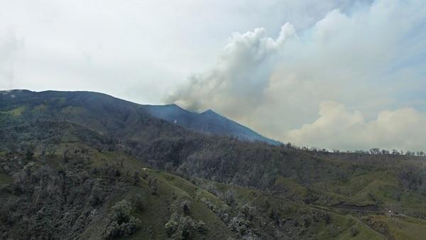 Las emanaciones en el Turrialba se mantuvieron durante el día. La pluma de gas y vapor en ocasiones como sucedió a las 8:20 a.m. estuvo acompañada de ceniza. | WARREN CAMPOS PARA LN