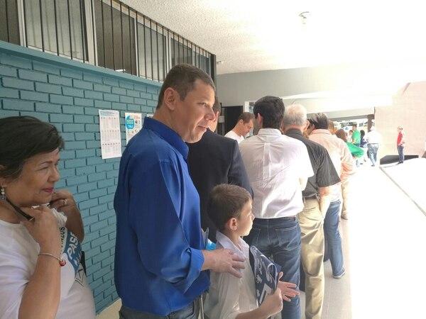 El diputado del PASE, Óscar López, solicitó que le dieran prioridad para votar en el Colegio Luis Dobles Segreda. Sin embargo, le dijeron que debía hacer fila como el resto de los electores.