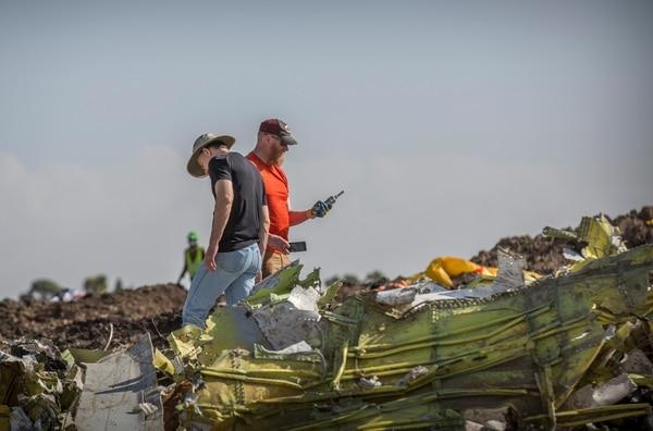 Investigadores extranjeros examinaban los escombros del avión Boeing 737 MAX 8 de Etiopian Airlines, que se estrelló el 12 de marzo del 2019 poco después de despegar de Adís Abeba.