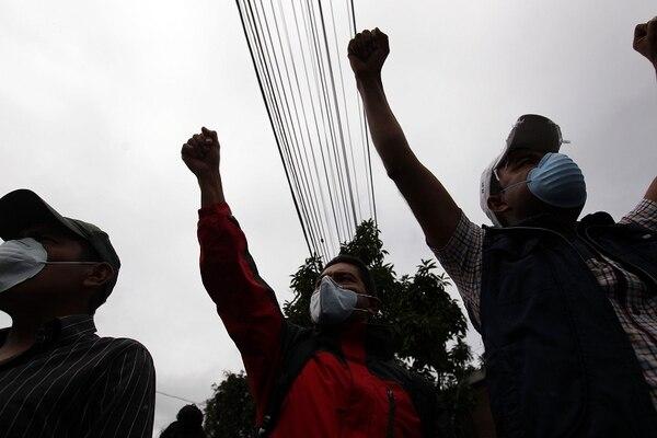 Decenas de doctores y pacientes marcharon este lunes desde el Hospital General San Juan de Dios hasta el Congreso de Guatemala para exigir más presupuesto y recursos para los hospitales públicos del país.