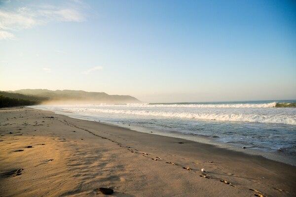 Santa Teresa, en Cóbano, Puntarenas, volvió a su tranquilidad y sigue recibiendo a turistas. Aquí un amanecer en la playa de ese lugar. Foto Jeffrey Zamora