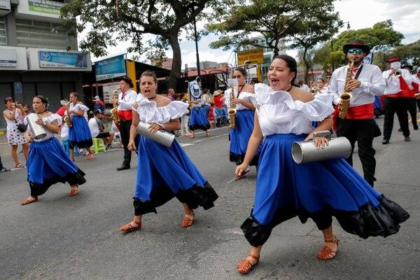La Banda Comunal de Coronado fue una de las agrupaciones folclóricas que ayudaron a animar el trayecto con su música y bailes típicos. Fotos: Mayela López