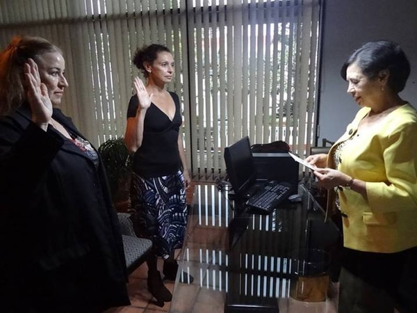 Elizabeth Fonseca juramentó a Lianne Solís (izq.) y a Ivonne Durán (centro) como directoras del Taller Nacional de Teatro y del Taller Nacional de Danza, respectivamente.
