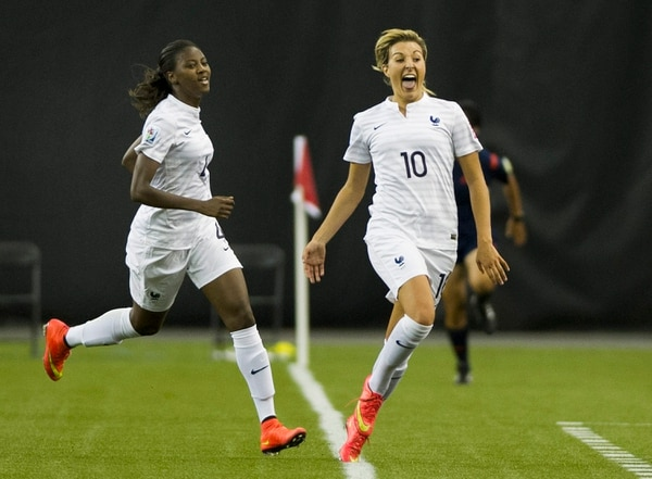 Claire Lavogez (10) celebra con su compañera Aissatou Tounkara tras anotar ante Costa Rica.