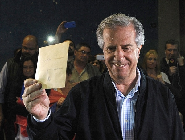 El candidato presidencial del Frente Amplio, el ex presidente (2005-2010), Tabaré Vázquez, vota durante las elecciones de segunda vuelta en Montevideo este 30 de noviembre de 2014.