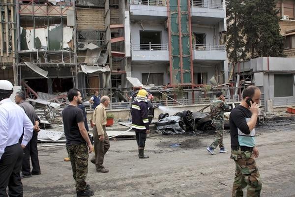Varios soldados inspeccionaron este martes un distrito residencial tras los ataques con cohetes en Alepo, Siria.