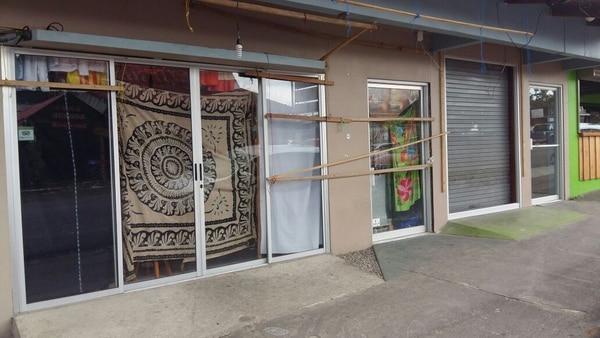 La tienda donde laboraba la joven guatemalteca permaneció cerrada este viernes. El local se ubica al costado este del parque de La Fortuna, en San Carlos. Venden artesanía de ese mismo país centroamericano.