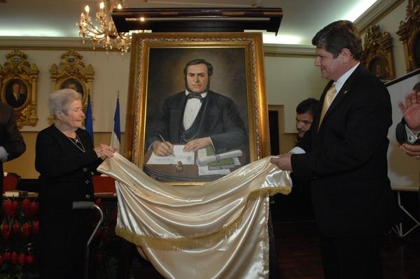 El expresidente de la República Juan Rafael Mora Porras (1949-1860) fue declarado libertador y héroe nacional en setiembre de 2010. El diputado Luis Gerardo Villanueva devela el retrato ordenado para el Salón de Próceres del Congreso.