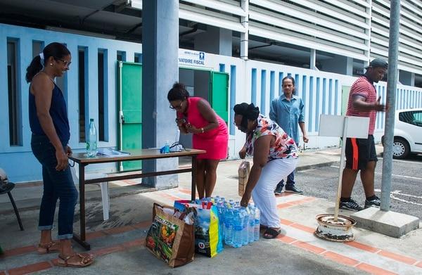 Habitantes de Les Abymes, en la isla de Guadalupe, alistaban -el viernes 8 de setiembre del 2017- paquetes de donaciones para los damnificados de San Martín y San Bartolomé.