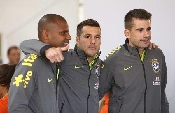 El portero Julio Cesar y otros jugadores de la Selección de Brasil saludaron a algunos aficionados durante un acto publicitario.