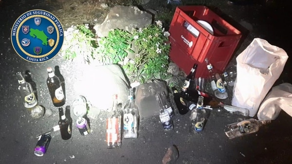 En el lugar había hieleras, mesas, sillas y una gran cantidad de envases de licor. Foto cortesía de MSP