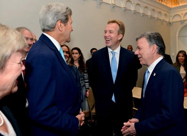 El Secretario de Estado de Estados Unidos, John Kerry (izquierda), conversó el domingo con el presidente de Colombia, Juan Manuel Santos (centro), y el canciller noruego, Borge Brende, sobre la iniciativa para eliminar las minas antipersonales en el país suramericano.