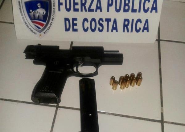 La Fuerza Pública le decomisó un arma de fuego a dos estudiantes, uno de 13 y otro de 14 años, en Limón