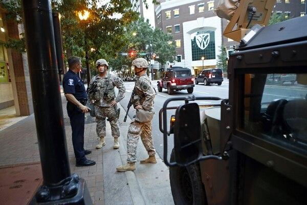 Militares de la Guardia Nacional fueron desplegados como refuerzos en Charlotte, Carolina del Norte, para contener la violencia.