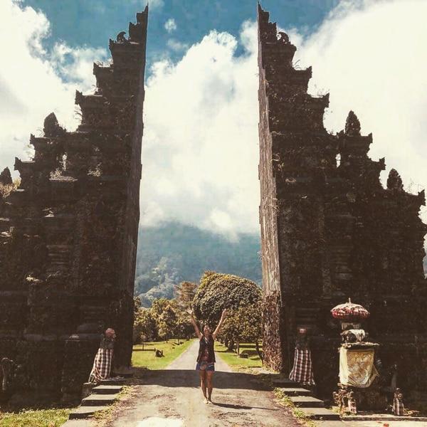 Ana Lucía Fariña Vargas en una de las hermosas puertas que hay en la isla de Bali.