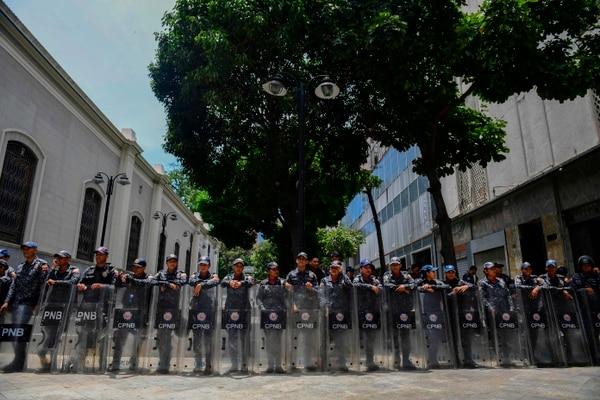Policías venezolanos mantuvieron rodeado el edificio de la Asamblea Nacional, en Caracas, el martes 14 de mayo del 2019.