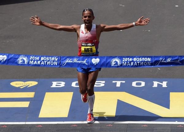 Meb Keflezighi de San Diego California, a punto de cruzar la meta en el primer lugar de la Maratón de Boston.