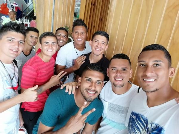 Juan Carlos Ávila (segundo de derecha a izquierda) compartió con el grupo de futbolistas del Santos en Panamá, donde fue utilero y jugó también 45 minutos ante San Francisco. Foto: Cortesía.
