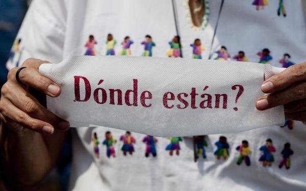 Una mujer sujeta un rótulo en una protesta en México para exigir a las autoridades mayores esfuerzos para encontrar a los desaparecidos. | AP.