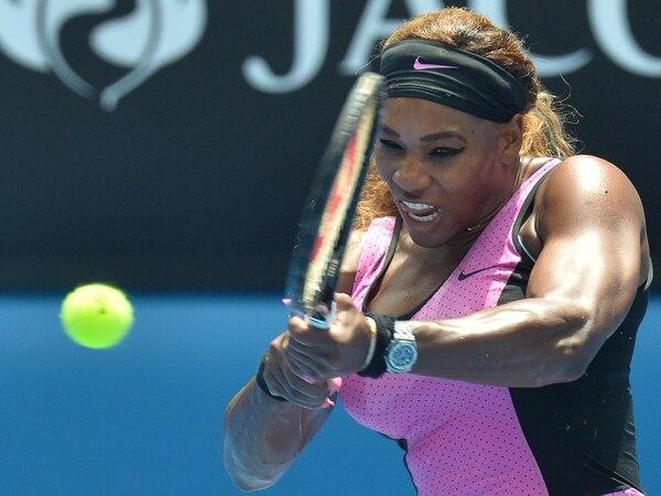 Serena Williams trata de colocar una pelota para doblegar a la serbia Vesna Dolonc. La estadounidense venció 6-1 y 6-2.