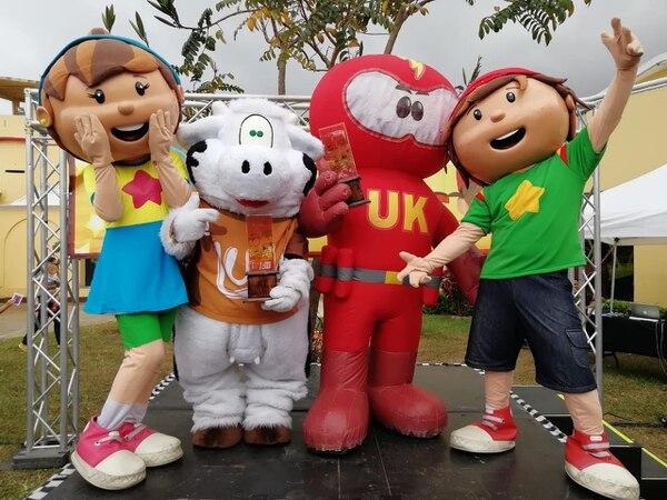 Lula ganó en la categoría de Peluches y Ultraklin la de inflables. Los acompañan Museita y Museito, los anfitriones del campeonato. Foto: Museo de los Niños.