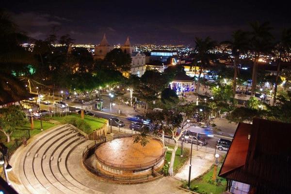 Los que ahora son parques fueron las plazas en el pasado, alrededor de las cuales se asentaban las casas y donde se congregaban los vecinos. Fotografía del parque central de Heredia tomada en el 2010.