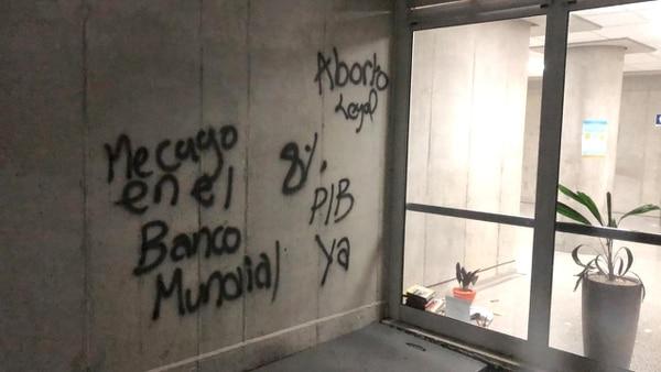 Ni la legalización del aborto ni el Banco Mundial son parte de las causas de la protesta, pero aún así, los estudiantes lo dejaron marcado en esta pared. Foto cortesía