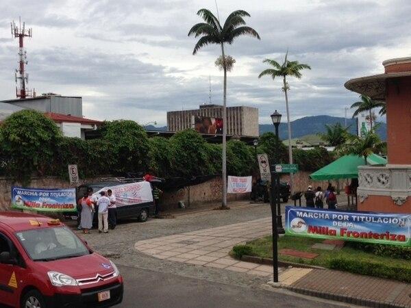 En las afueras de la Asamblea Legislativa, varias decenas de habitantes de la milla fronteriza piden a los diputados que aprueben la ley para obtener títulos sobre las propiedades que habitan.