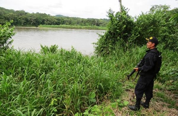 Oficiales de la Fuerza Pública realizaron un recorrido por la margen costarricense del río San Juan los días miércoles y jueves de la semana pasada para conversar con los pobladores sobre las aeronaves. | ÉDGAR CHINCHILLA