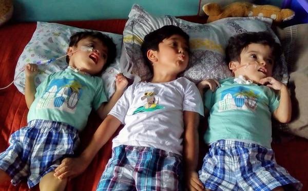 En esta fotografía los gemelos Samuel y Ezequiel Núñez Badilla están con Jose Francisco, su hermano mayor. Fotografía tomada del Facebook Samuel y Ezequiel, unidos por amor