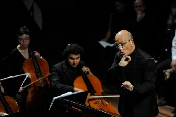 El director Eddie Mora anunció que la Orquesta Sinfónica de Heredia tocará cuatro conciertos en el Teatro Nacional durante el 2017. Diana Méndez.