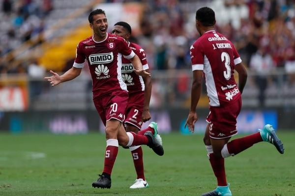 Mariano Torres festeja la anotación que le marcó a Grecia. Julio Cascante (3) se suma a la celebración.