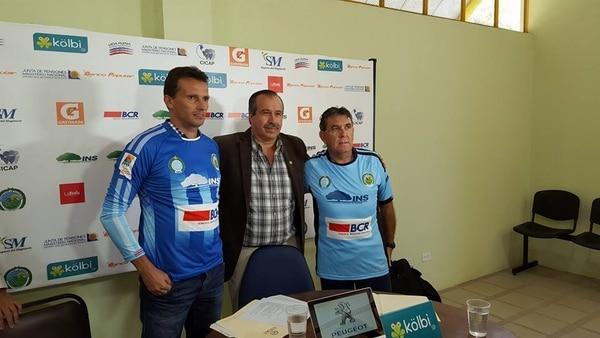 Josef Miso, asistente, Luis Gamboa, presidente de la UCR y Guilherme Farinha, nuevo estratega de los celestes, durante la presentación de este martes.
