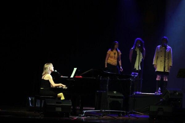 Coristas que acompañaron a María Pretiz en el escenario. Foto Alonso Tenorio