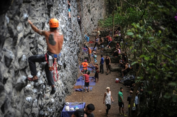 Alejandro Soto escala la pared de Escalada Cachí, durante el Summer Fest. foto Gabriela Télez