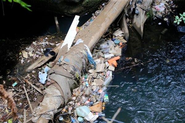 Imagen de marzo del 2019 de la contaminación en Río Torres a la altura de Barrio Amón en San José. Foto: Rafael Pacheco