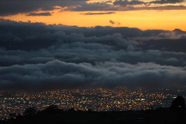 Atardecer capturado desde Tierra Blanca. Abajo, Cartago. Arriba y a la derecha se observa el cerro ubicado al sur de Acosta, San José.