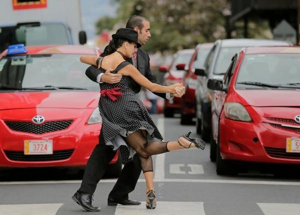 En el 2017, los bailarines argentinos Juan Riobo y Catalina Sánchez tomaron las calles públicas de San José con el fin de mostrar el carácter popular de ese tipo de baile. Fotografía con fines ilustrativos: Albert Marín.