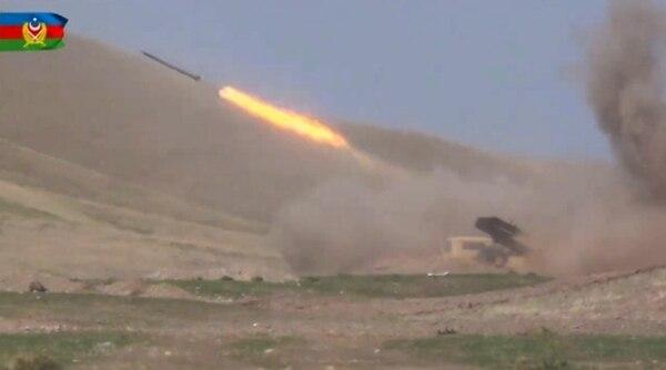 Fuerzas de Azerbaiyán dispararon un misil contra posiciones de los separatistas armenios en Nagorno Karabaj, este lunes 28 de setiembre del 2020. AFP