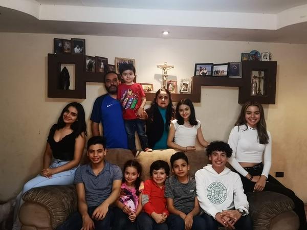 Cristian y Jéssica han encontrado en su familia numerosa la felicidad. En la imagen posan con sus nueve hijos: Priscilla (21), Hillary (18), Cristian (16), Juan Pablo (15), Gabriel (13), María Paula (11), Santiago (9), Isabella (7) y Matías (4). Foto: Cortesía para Revista Dominical