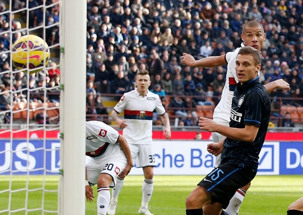 El serbio Nemanja Vidic observa el balón cuando ingresa al marco rival y se convierte en el tercer gol del Inter de Milán ante Génova.